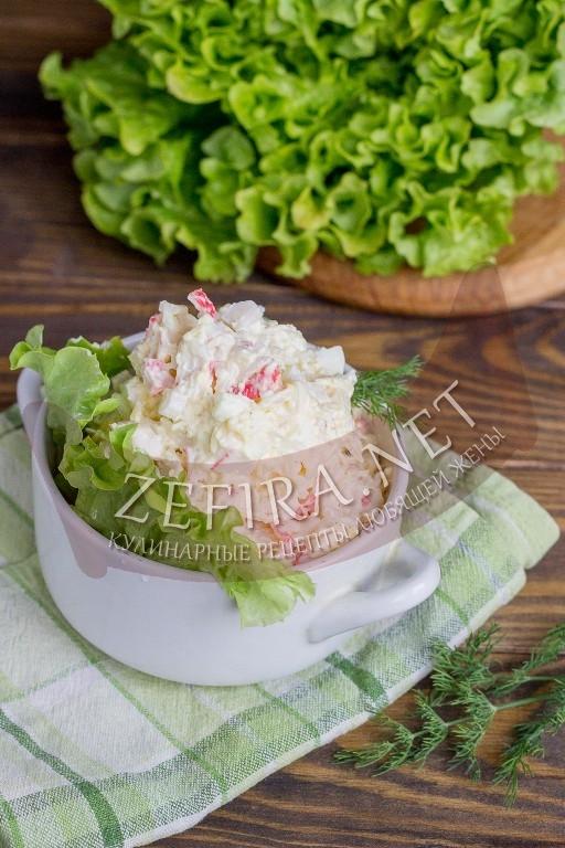 Салат с крабовыми палочками, рисом и яйцом - рецепт и фото