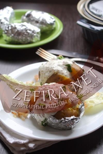 Картошка запеченая в фольге с соусом (фото)