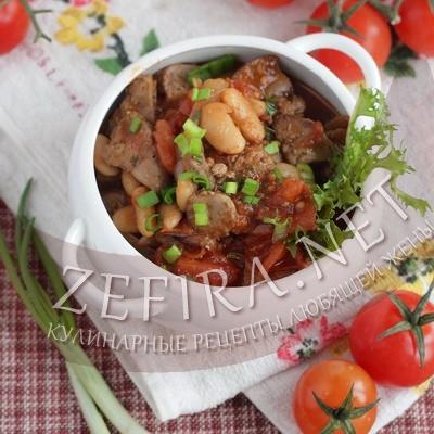 Куриная печень в соусе с фасолью, луком и помидорами