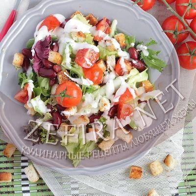 Рецепт салата с фасолью, сухариками и чесночной заправкой