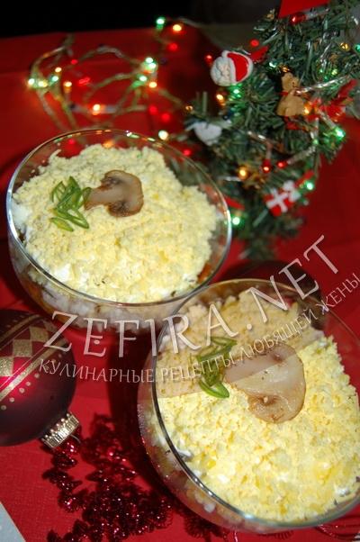 """Праздничный слоёный салат с курицей и грибами """"Новогодняя слойка"""" - рецепт и фото"""