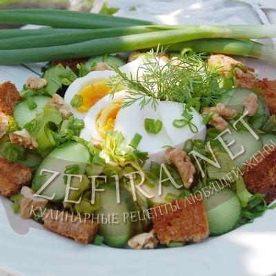 Салат из огурцов, яиц и зеленого лука с сухариками