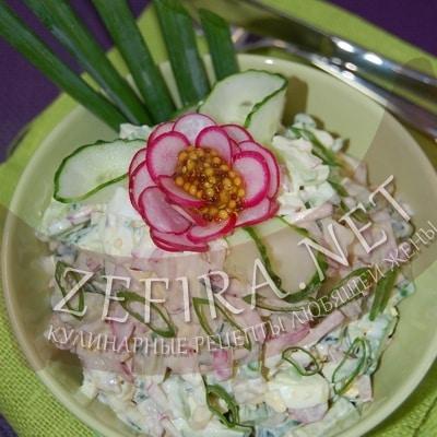 Салат из огурцов и редиса с яйцом и курицей