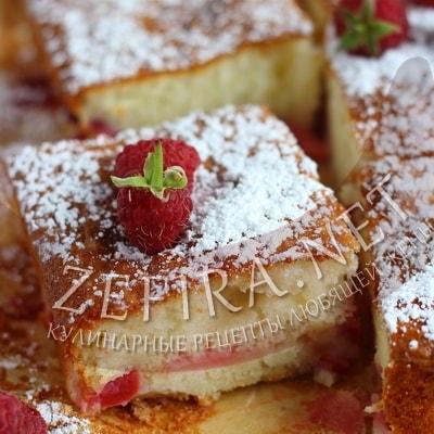 Сочный пирог с яблоками и малиной