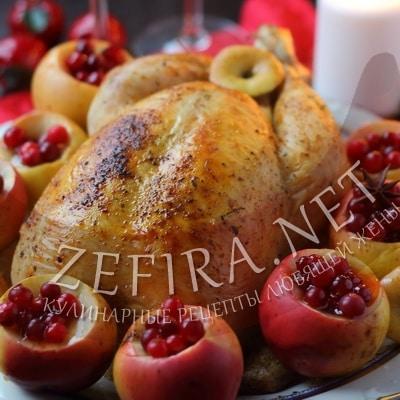 Праздничная курица, запеченная в духовке с яблоками и клюквой