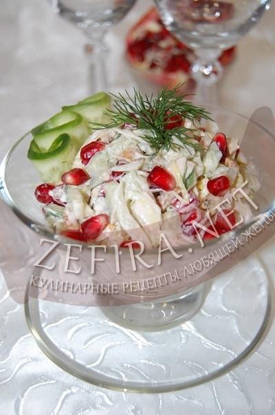 Салат с курицей, орехами и гранатом - рецепт и фото