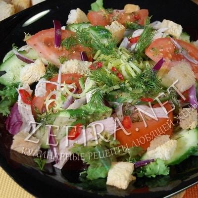 Рецепт вкусного овощного салата с курицей и хрустящими сухариками