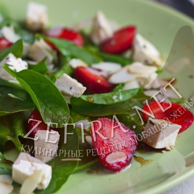 Салат с клубникой, шпинатом и сыром