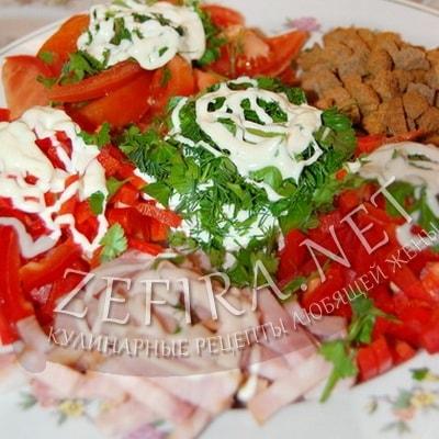 Салат с ветчиной, сухариками, помидорами и перцем