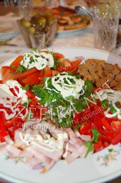 Салат с ветчиной, сухариками, помидорами и перцем - рецепт и фото