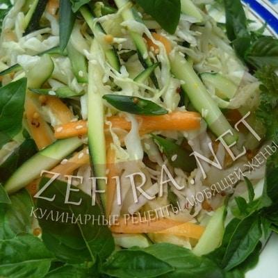 Летний салат из капусты с кабачками и морковью