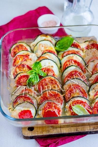 Курица запеченная с кабачками и помидорами