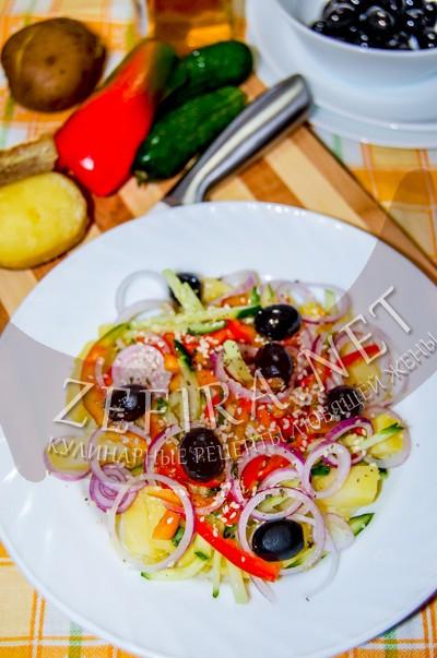 Картофельный салат со свежими овощами и маслинами - рецепт и фото