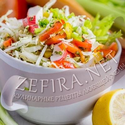Салат из капусты с крабовыми палочками и кукурузой