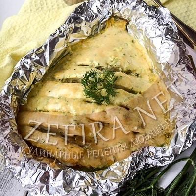 Камбала в сметанном соусе под сыром, запеченная в духовке