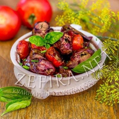 Шашлык из куриной печени с помидорами на мангале