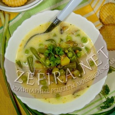 Сырный суп с шампиньонами, стручковой фасолью и зеленым горошком