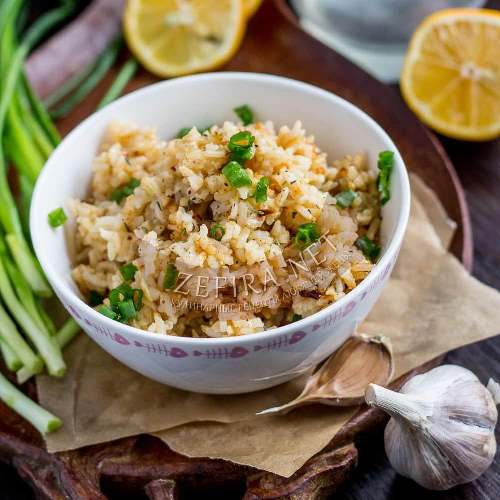 Жареный рис с чесноком на сковороде