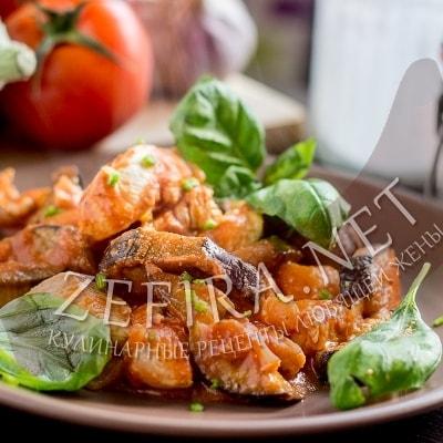 Куриное филе тушеное с баклажанами и томатно-йогуртным соусом