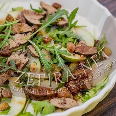 Салат с куриной печенью и грушей