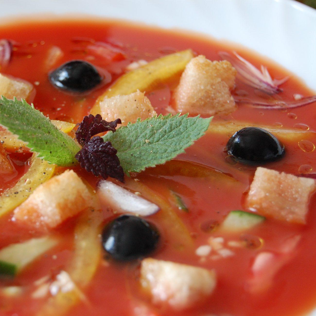 Холодный суп из томатного сока с овощами и сухариками