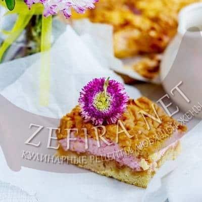 Тертый пирог с яблоками и розовым безе