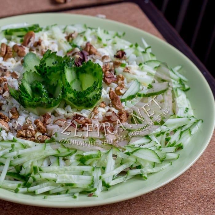 Салат с копченой курицей, черносливом и грецкими орехами