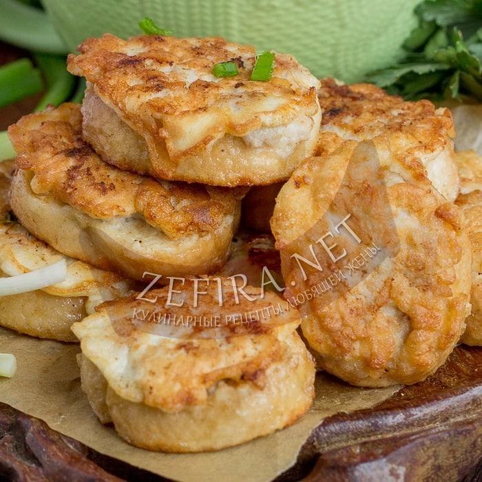 Горячие бутерброды с фаршем на сковороде