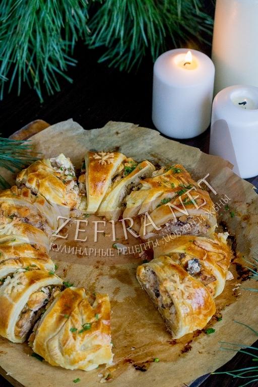 Пирог из слоеного теста с курицей и грибами - рецепт с фото
