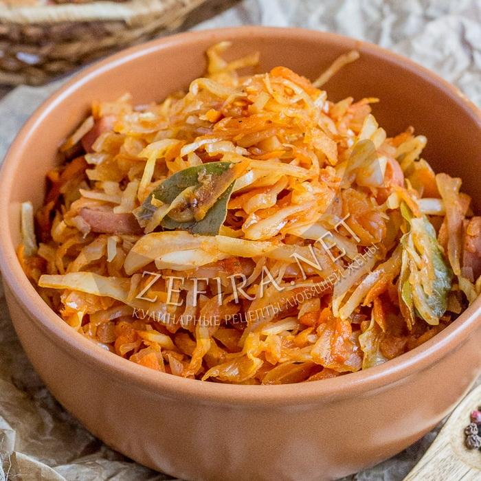 Рецепт тушеной капусты с сосисками на сковороде