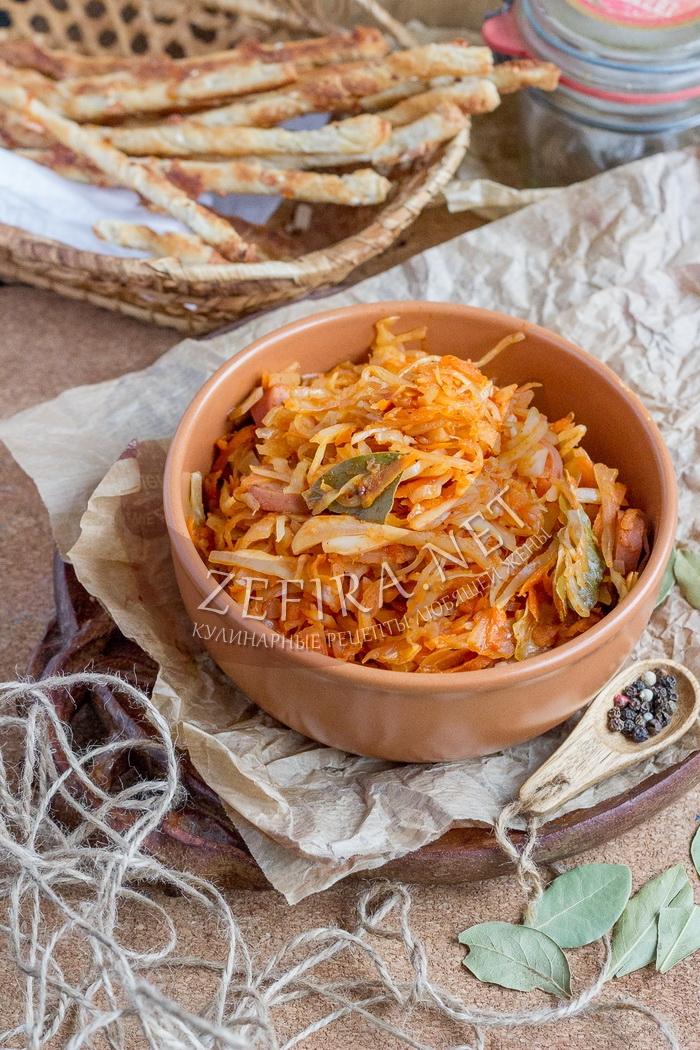 Тушеная капуста с сосисками на сковороде - рецепт с фото