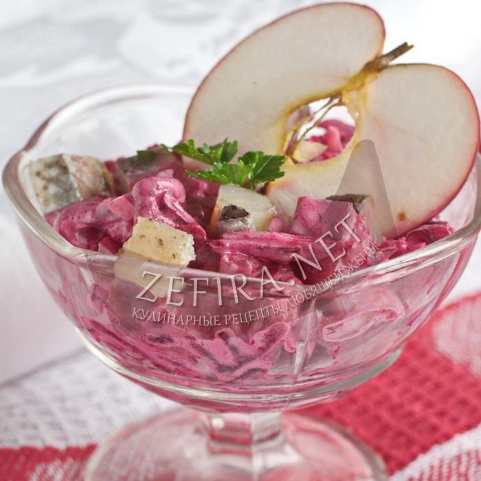 Салат с селедкой, свеклой и яблоком