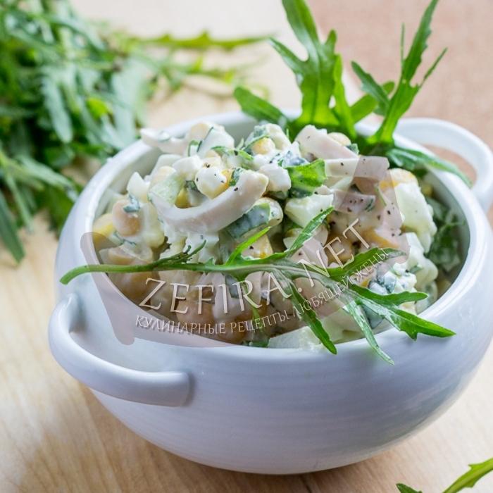 Простой рецепт салата с кальмарами, яйцом, кукурузой и свежим огурцом