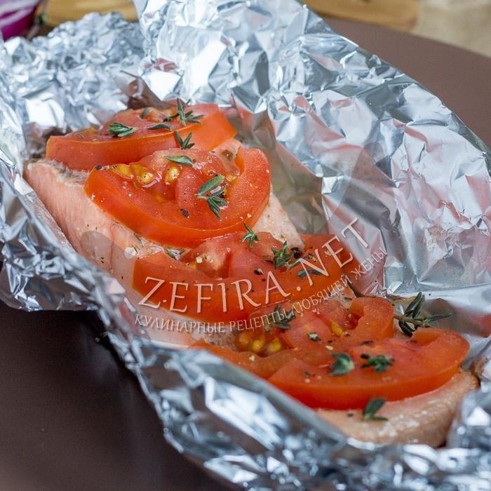 Лосось с помидорами, запеченный в духовке в фольге