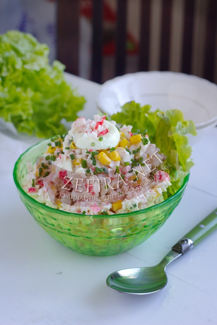 Салат с крабовыми палочками, кукурузой и яйцом
