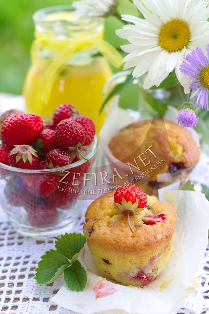 Клубничные кексы с кукурузной мукой - рецепт с фото