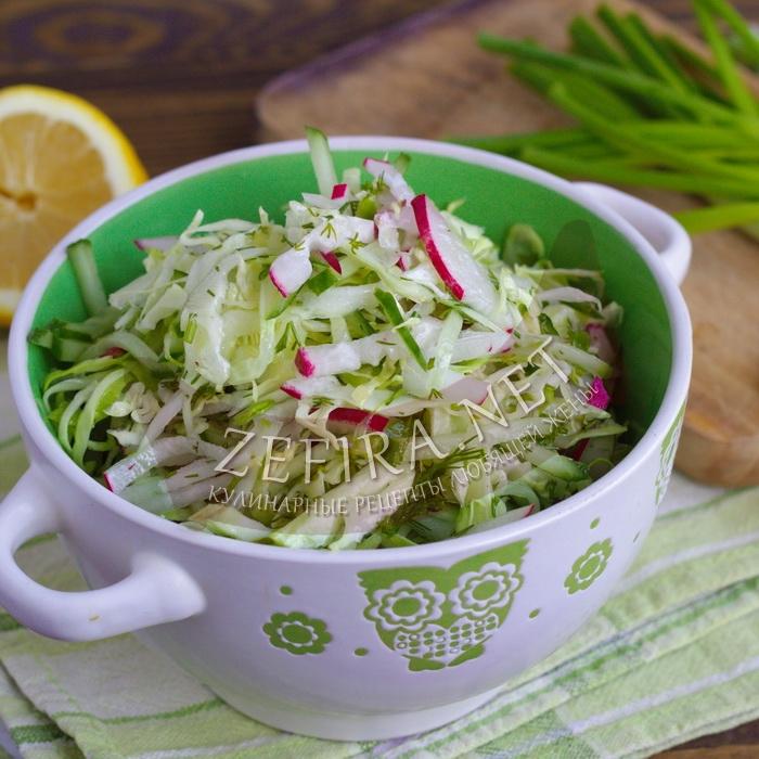 Свежий салат из капусты, огурца и редиса