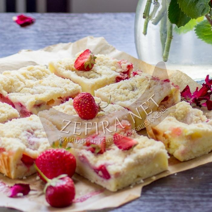 Творожный пирог с песочной крошкой и клубникой