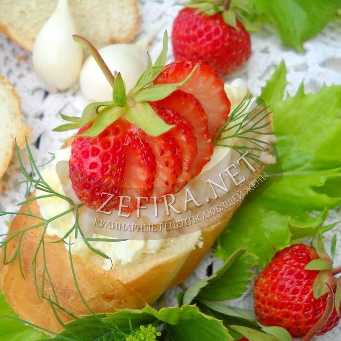 Закуска из сыра с клубникой