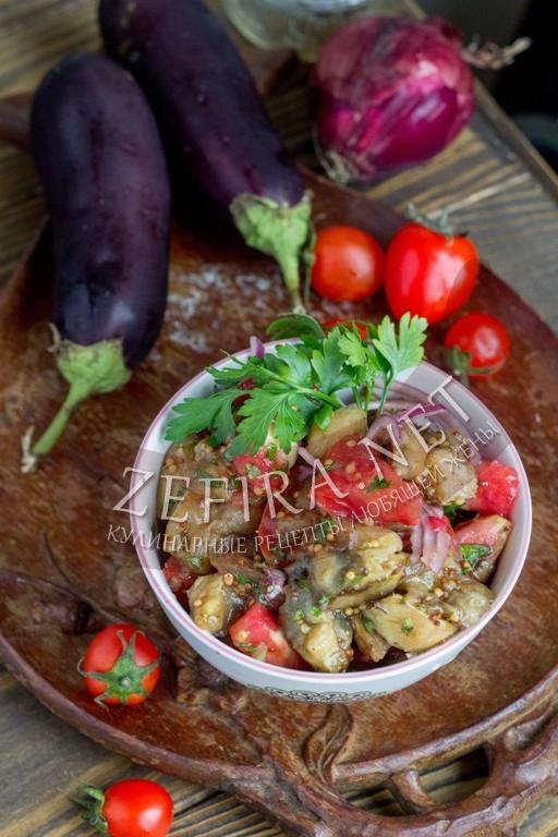 Салат из печеных баклажанов с помидорами и чесноком - рецепт и фото