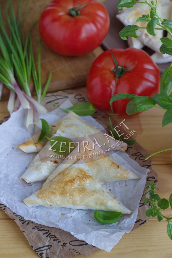 Треугольники из лаваша с начинкой из сыра и помидоров - рецепт и фото