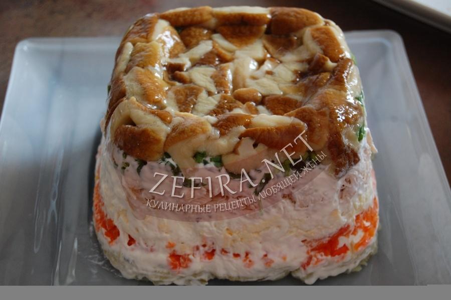 Вкусный слоеный салат из курицы с грибами для новогоднего стола - рецепт и фото