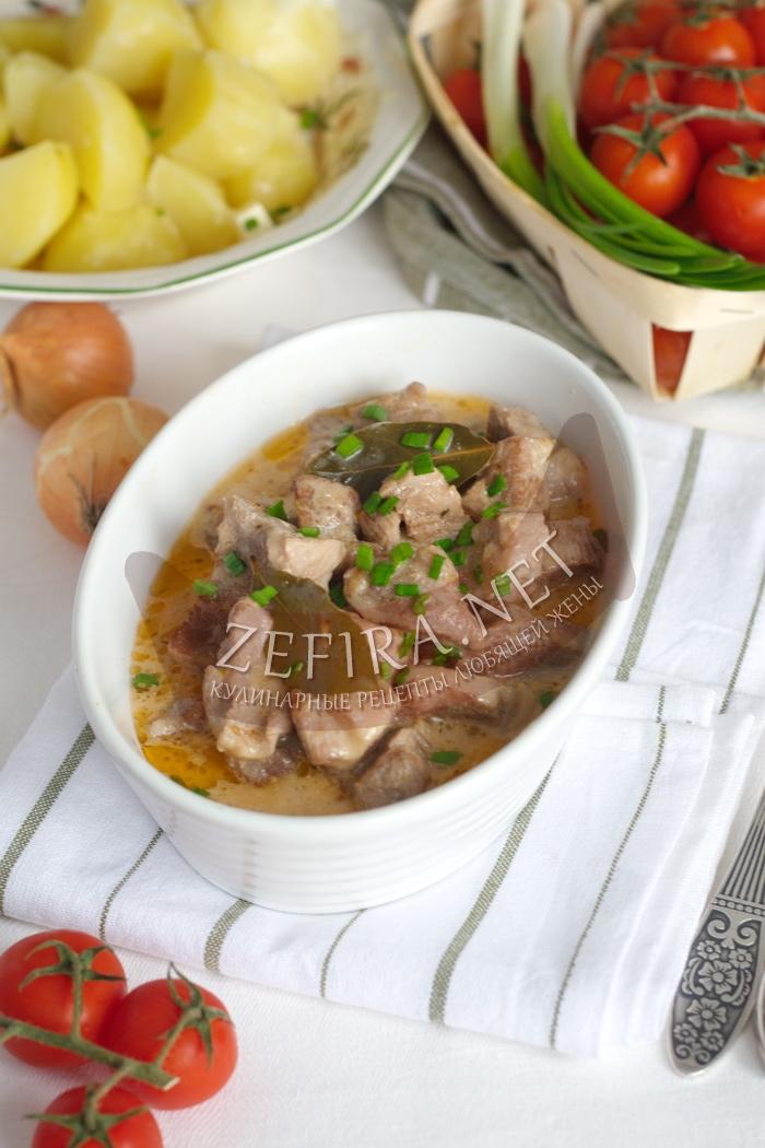 Гуляш из свинины с подливой - рецепт и фото