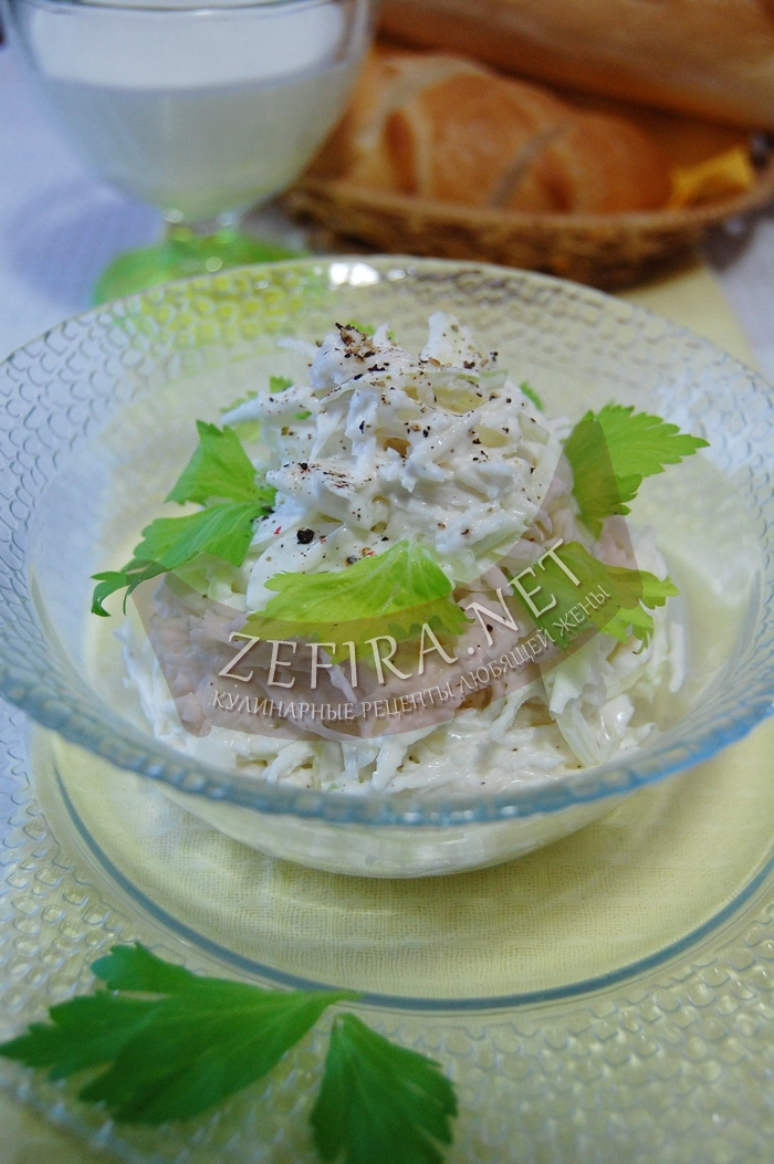 Рецепт вкусного салата из редьки с майонезом и луком  с фото