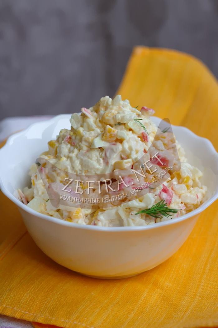 Салат с крабовыми палочками, рисом и кукурузой - рецепт и фото