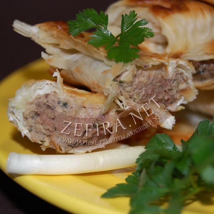 Вкусная закуска из лаваша с куриной печенью и сыром