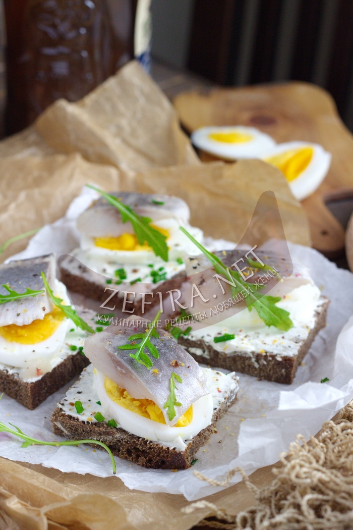 Бутерброды с селедкой на черном хлебе с яйцом - рецепт и фото