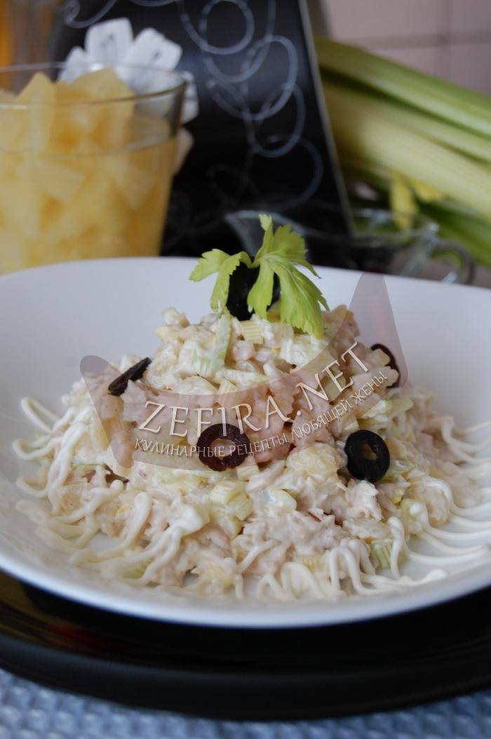 Вкусный салат из сельдерея с курицей и ананасом - рецепт и фото