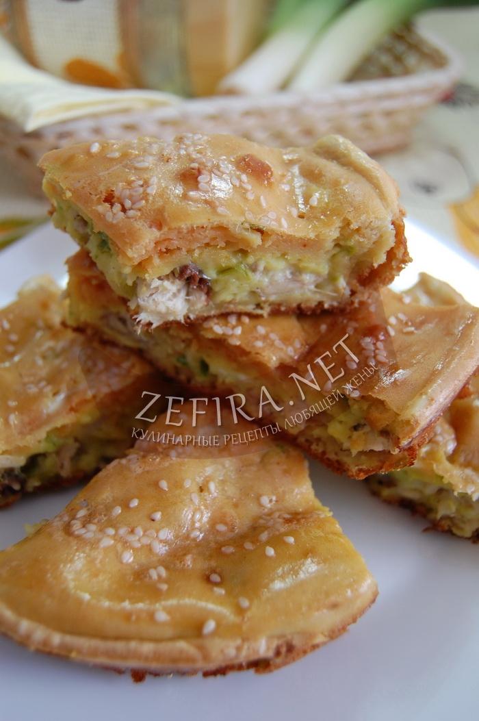 Простой пирог на кефире со скумбрией - рецепт и фото