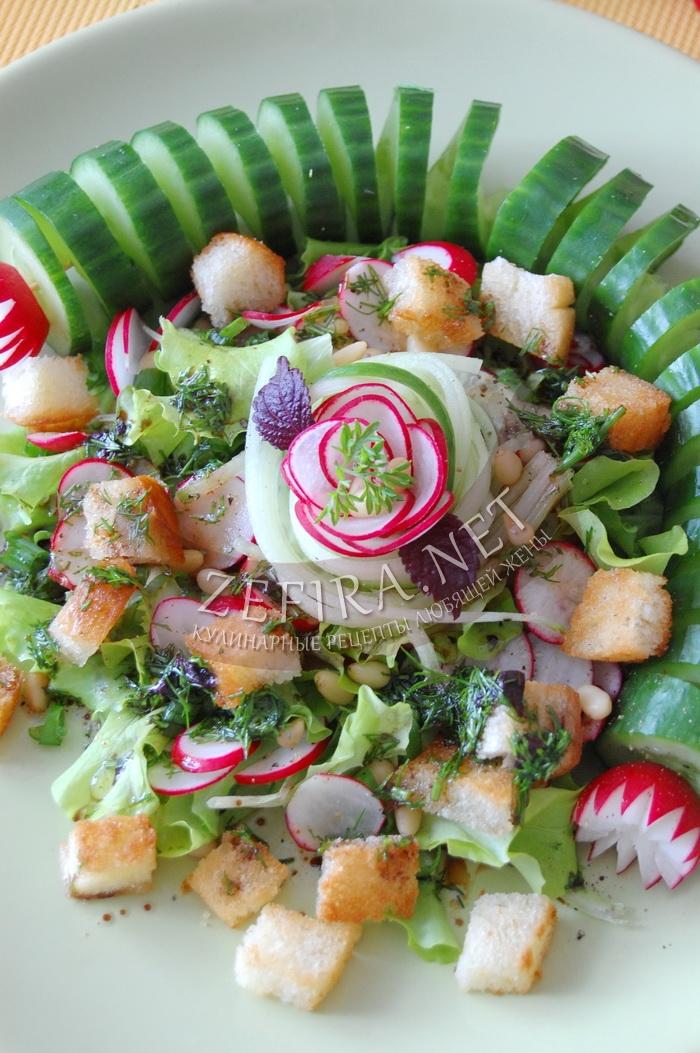 Хрустящий овощной салат из редиски с сухариками - рецепт и фото